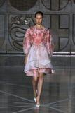 MILAN ITALIEN - SEPTEMBER 20: En modell går landningsbanan under den Mila Schon showen Arkivfoto