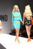MILAN ITALIEN - SEPTEMBER 18: En modell går landningsbanan under den Moschino showen Royaltyfri Fotografi