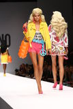 MILAN ITALIEN - SEPTEMBER 18: En modell går landningsbanan under den Moschino showen Royaltyfria Bilder