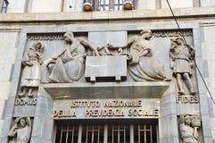 MILAN ITALIEN - SEPTEMBER 7, 2017: Fasad av det italienska INPS-kontoret, INPS också som är bekant som Istituto Nazionale della P Arkivbilder