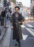 MILAN ITALIEN - SEPTEMBER 22, 2016: Folk, stylister, modeller, modebloggers och fotograf i gatan under Milan Fashion Royaltyfri Fotografi