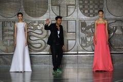 MILAN ITALIEN - SEPTEMBER 20: Formgivaren Alessandro De Benedetti går landningsbanan efter den Mila Schon showen Royaltyfri Foto