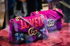 Milan Italien - September 24, 2017: Gucci påse i ett Gucci lager I arkivfoto
