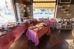 MILAN ITALIEN - September 06, 2016: Inom av det traditionella italienska kafét under tiden för ` för lycklig timme för ` Arkivfoto