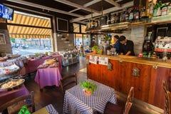 MILAN ITALIEN - September 06, 2016: Inom av det traditionella italienska kafét under tiden för ` för lycklig timme för ` Royaltyfria Bilder