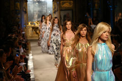 MILAN ITALIEN - SEPTEMBER 20: Modeller går landningsbanafinalen under den Genny showen Royaltyfri Fotografi