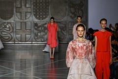 MILAN ITALIEN - SEPTEMBER 20: Modeller går landningsbanan under den Mila Schon showen Royaltyfria Bilder