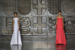 MILAN ITALIEN - SEPTEMBER 20: Modeller går landningsbanan under den Mila Schon showen Arkivfoton