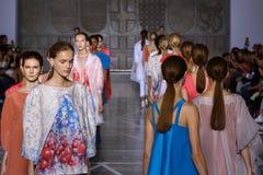 MILAN ITALIEN - SEPTEMBER 20: Modeller går landningsbanan under den Mila Schon showen Royaltyfria Foton