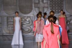 MILAN ITALIEN - SEPTEMBER 20: Modeller går landningsbanan under den Mila Schon showen Arkivfoto