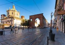 MILAN ITALIEN - September 12, 2016: Sikt på basilikan av San Lorenzo Maggiore, San Lorenzo Columns och järnvägarna för spårvagn`  Royaltyfri Foto