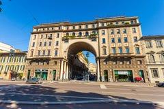 MILAN ITALIEN - September 06, 2016: Sikt på den gamla byggnaden med bågen, kolonner och balkonger med blommor Fotografering för Bildbyråer