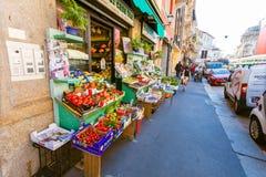 MILAN ITALIEN - September 07, 2016: Sikten på gatan shoppar - livsmedelsbutiken - med frukter och grönsaker på shopboard i th Arkivfoto