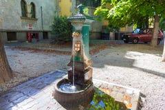 MILAN ITALIEN - September 06, 2016: Springbrunn med dricksvatten i gatan av Milan Royaltyfri Fotografi