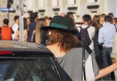 MILAN ITALIEN - SEPTEMBER 24, 2016: Trendig flicka med hatten efter CIVIDINI-modeshow på Milan FW 2016 royaltyfria foton
