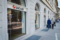 Milan Italien - September 24, 2017: Unicredit bank i Milan arkivbild