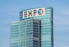 Milan (Italien) 06/06/2014: Symbolet av EXPON 2015 på den nya regionala slotten av Milan i Milano Porta Nuova område Det är en Arkivfoton
