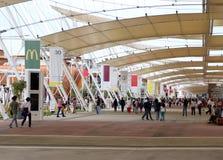 Milan Italien - 8th September, 2015 EXPO MILANO Huvudsaklig gata cal Royaltyfria Bilder