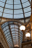 Milan Italien Utsmyckat glass tak i det Vittorio Emanuele gallerit royaltyfri foto