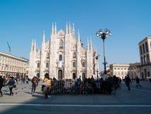 MILAN-ITALY-03 12 2014年, Piazza del Duomo在一个晴朗的冬日w 免版税库存图片