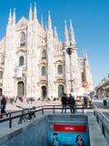 MILAN-ITALY-03 12 2014年, Piazza del Duomo在一个晴朗的冬日w 免版税图库摄影