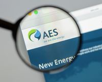 Milan, Italy - August 10, 2017: AES website homepage. It is a Fo. Rtune 200 company that generates and distributes electrical power. AES logo visible Stock Photos