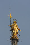 MILAN ITALY/EUROPE - FBRUARY 23: Staty av Madunina överst av royaltyfria bilder