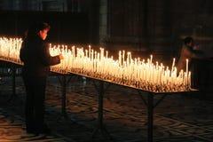 MILAN ITALY/EUROPE - FEBRUARI 23: Brännande stearinljus i duomoen arkivfoton