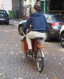 Milan Italy 1 MEI 2018: Fiets die de dienstrekken in Milaan delen royalty-vrije stock afbeeldingen