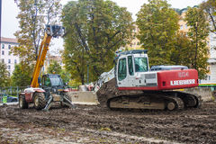 MILAN, ITALY-OCTOBRE 18, 2015 : Machines de construction sur le chantier de la nouvelle ligne de souterrain à Milan Image libre de droits