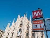 MILAN-ITALY-03 12 2014, Piazza del Duomo, gotisk domkyrka, subw Arkivfoto