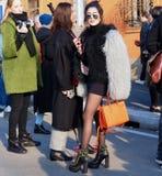 MILAN - JANUARI 14: En trendig kvinna som poserar i gatan efter modeshowen DSQUARED2, under Milan Fashion Week Arkivbild
