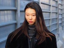 MILAN - JANUARI 14: En trendig kvinna som poserar i gatan för modeshowen DSQUARED2, under Milan Fashion Week Arkivbilder