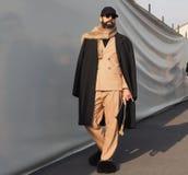 MILAN - JANUARI 14: Graziano Di Cintio som poserar i gatan för modeshowen DSQUARED2, under Milan Fashion Week Royaltyfri Fotografi