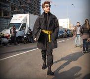 MILAN - JANUARI 14: Modeblogger för ung man som poserar för fotografer i gatan för modeshowen DSQUARED2, under Milan F Royaltyfria Foton