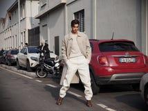 MILAN - JANUARI 14: Modeblogger för ung man som poserar för fotografer i gatan för modeshowen DSQUARED2, under Milan F Royaltyfri Foto