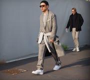 MILAN - JANUARI 14: Modeblogger för ung man som poserar för fotografer i gatan för modeshowen DSQUARED2, under Milan F Royaltyfria Bilder
