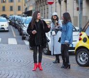 MILAN - JANUARI 14: Trendig spansk flicka som poserar för fotografer för DAKS-modeshow, under den Milan Fashion Week Man nedgånge Arkivbilder