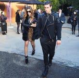 MILAN - 14 JANVIER : Couplez la marche dans la rue après le défilé de mode DSQUARED2, pendant le Milan Fashion Week Photo stock
