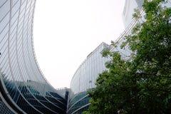 Milan le 9 juin 2018 Palais de la r?gion de la Lombardie La photo montre la cour intérieure avec des arbres et des façades vitrée photo libre de droits