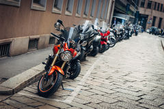 MILAN LOMBARDIA, ITALIEN - FEBRUARI 07, 2017: Mopeder parkerade I Arkivfoton