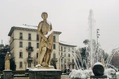 Milan, Lombardy, Italien, staty och springbrunn i den Giulio Cesare fyrkanten, nära det nya Citylife området, Royaltyfri Foto