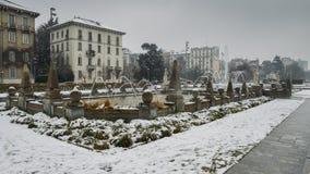 Milan, Lombardy, Italien, statyer och springbrunn i den Giulio Cesare fyrkanten, nära det nya Citylife området Royaltyfri Foto