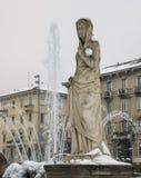 Milan, Lombardy, Italien, statyer och springbrunn i den Giulio Cesare fyrkanten, nära det nya Citylife området Arkivbilder