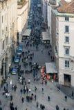 MILAN, LOMBARDY/ITALY - 23 FÉVRIER : Rue passante à Milan sur le Fe photo stock
