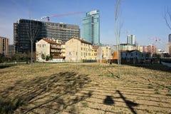 Milan March 21 2019 Alte Bauernh?user und neues Baumpflanzen lizenzfreie stockfotografie