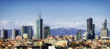 Milan (Milano) horisont med nya skyskrapor arkivfoto