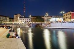 Milan nouveau Darsena, docks reconstruits la nuit Image libre de droits