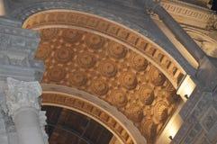Milan 05 Oktober 2018 - bågen av galleriaen Vittorio Emanuele II i bakgrunden av den svarta himlen med ett guld- fotografering för bildbyråer