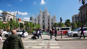Milan Piazza del Duomo hjärtan av mode arkivfilmer